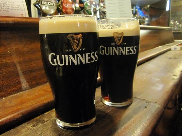 Im Pub in Dublin trinkt man Guinness.