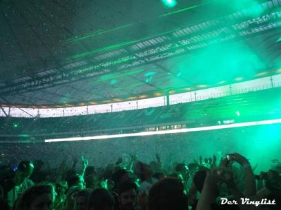 Die feiernde Menge bei Martin Garrix. Foto: Andi Wand