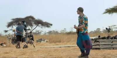 Alligatoah beim Savannen-Konzert in Kenia. Video-Capture: YouTube