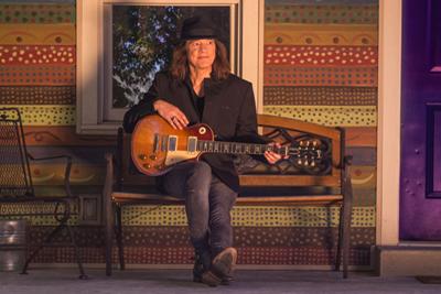 Robben Ford mit seiner Gitarre. (c) Mascha Thompson