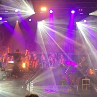 Revolverheld mit dem Gospel-Chor THE RIGHT KEY. (c) dervinylist.com