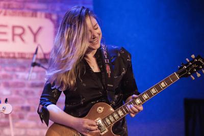Joanne Shaw Taylor bietet rockigen Blues. @Janet Mami Takayama