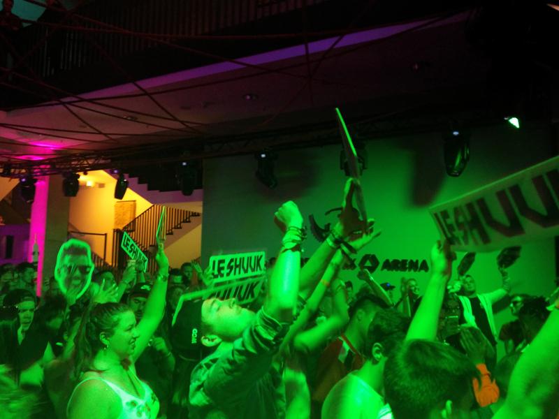 Afterparty am Samstag mit Pappschildern für Le Shuuk. (c) Der Vinylist