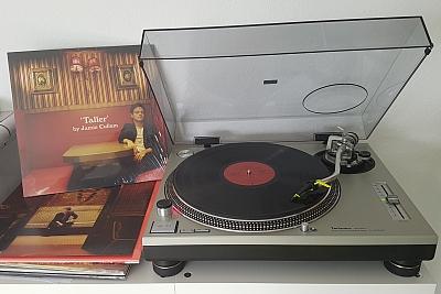 Jamie Cullum liefert mit TALLER ein typisches Cullum-Album. (c) Der Vinylist