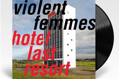Hotel Last Resort heißt das neue Album von VIOLENT FEMMES. (c) Rough Trade