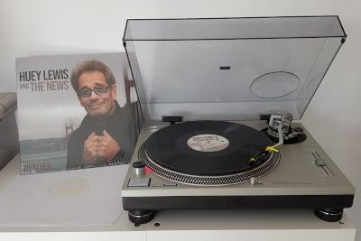 WEATHER von HUEY LEWS & The News auf dem Plattenteller. (c) Der Vinylist